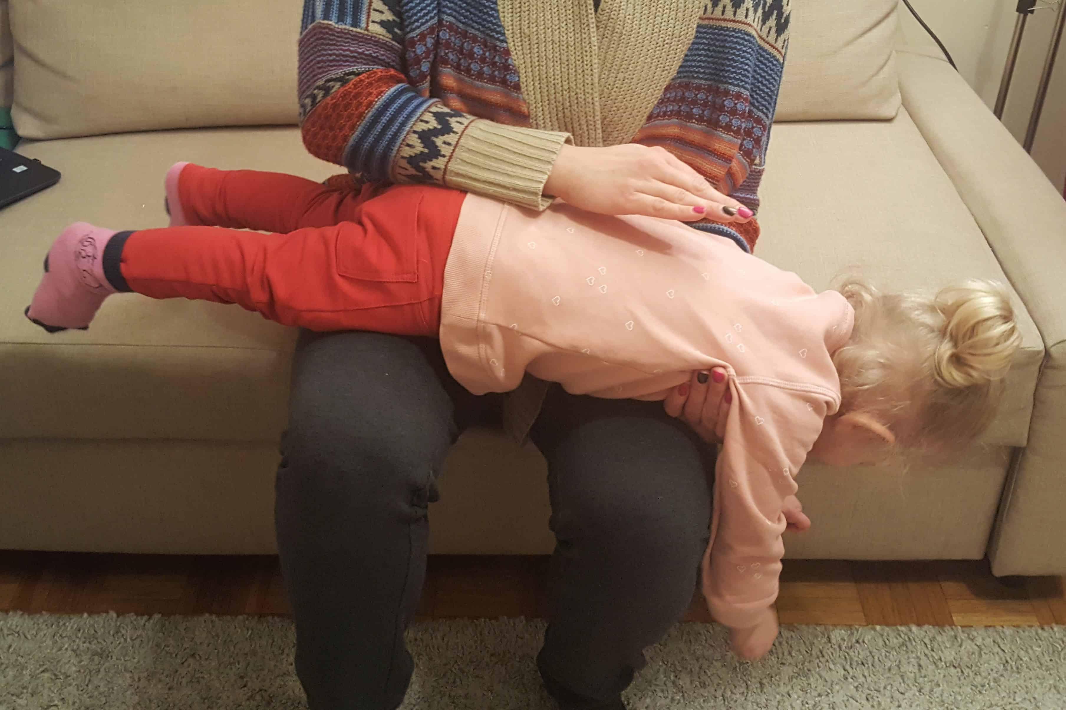 Oklepywanie pleców dziecka podczas choroby zkaszlem Matka Aptekarka